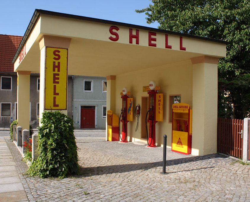 Restaurierte Shell Tankstelle heute in Kamenz - Seiteneinfahrt