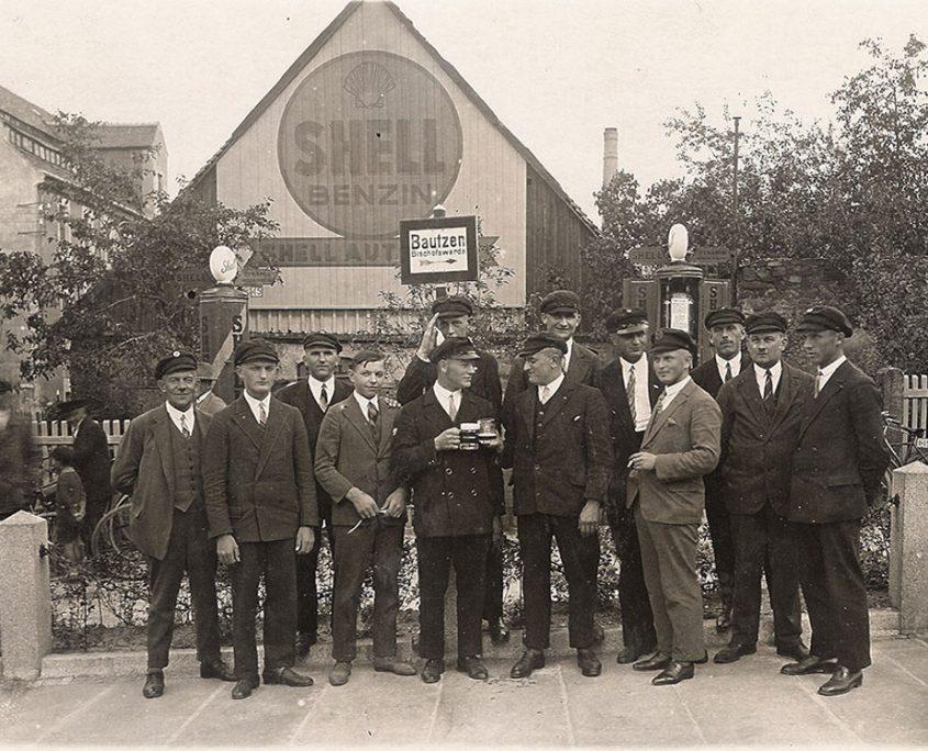 Männer vor Shell Tankstelle